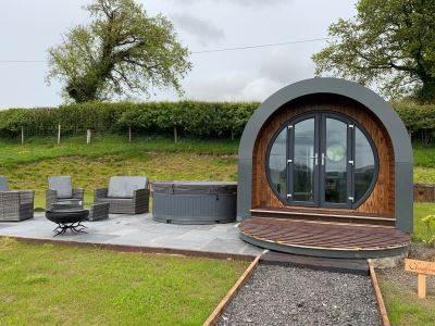 Chwefru - Luxury Timber Pod with Hot Tub