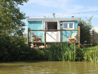 Lakeside Shepherds Hut at Sumners Ponds